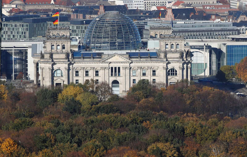 © Reuters. The Reichstag building, the seat of the German lower house of parliament Bundestag is pictured at the Tiergarten park with autumnal trees in Berlin