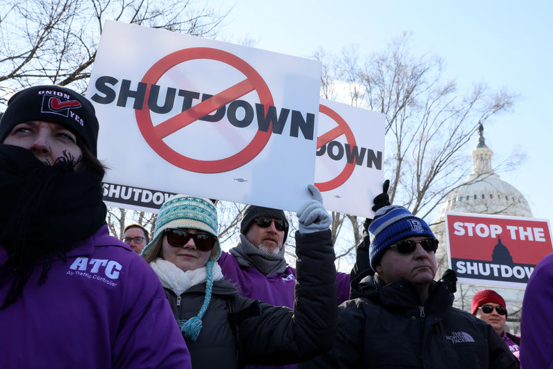 © Reuters. Federal air traffic controller union members protest the partial U.S. federal government shutdown in a rally at the U.S. Capitol in Washington