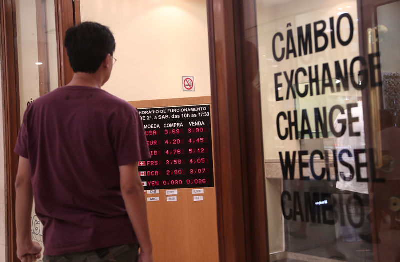 © Reuters. Foreign currencies exchange rates are displayed in Sao Paulo