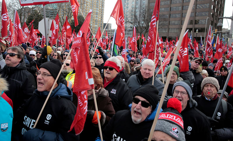 © Reuters. General Motors Oshawa assembly workers and supporters protest GM's announcement to close its Oshawa assembly plant during a Unifor union rally across the Detroit River from GM's headquarters, in Windsor