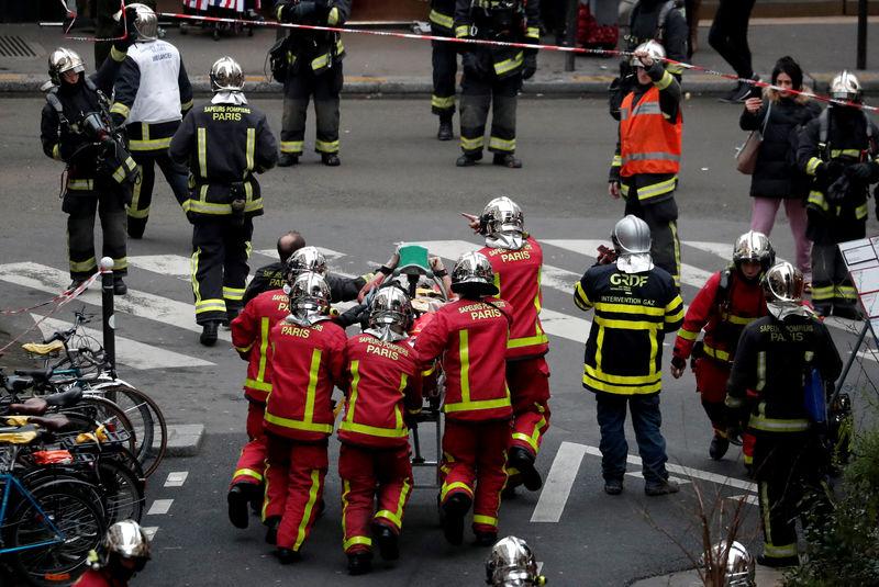 © Reuters. Bomberos llevando una camilla con un herido en la explosión de París.