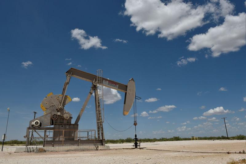 ©路透社。 文件照片:泵插孔在Wink附近的二叠纪盆地石油生产区运行
