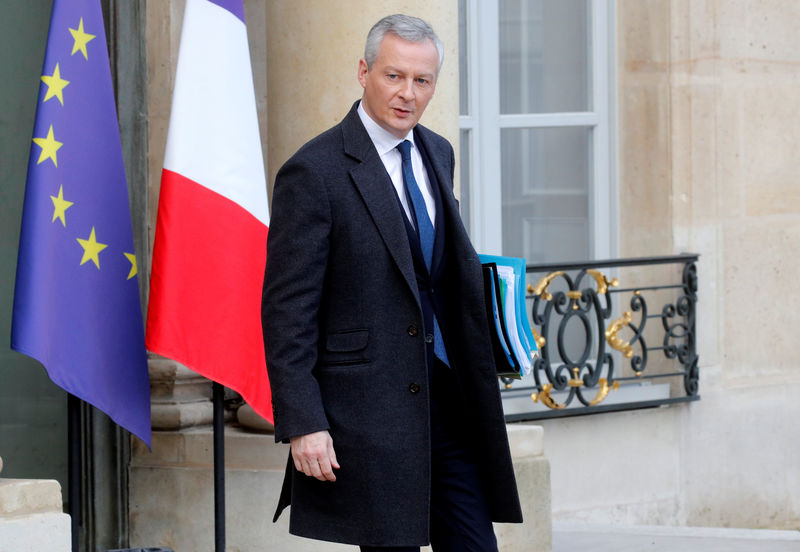 © Reuters. French Finance Minister Bruno Le Maire leaves following the weekly cabinet meeting at the Elysee Palace in Paris