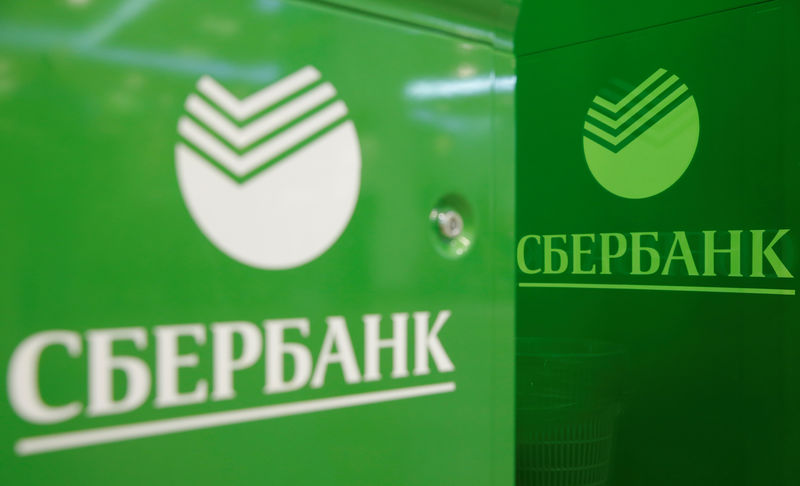 © Reuters. Логотип Сбербанка на банкоматах в отделении банка в Москве