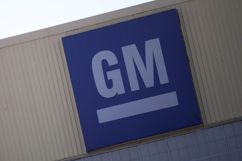 © Reuters. Logo of General Motors is pictured at its plant in Silao