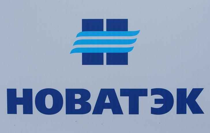 © Reuters. Логотип Новатэка на Петербургском международном экономическом форуме
