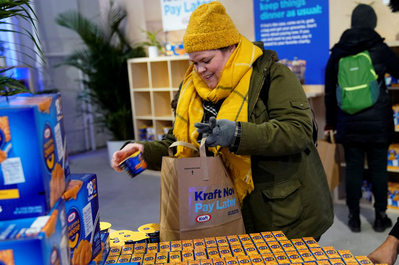 © Reuters. FILE PHOTO: A federal worker left unpaid or furloughed collects a free bag of groceries from Kraft Foods on the 27th day of the partial government shutdown in Washington
