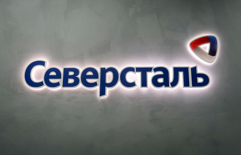 © Reuters. Логотип Северстали на комбинате компании в Череповце