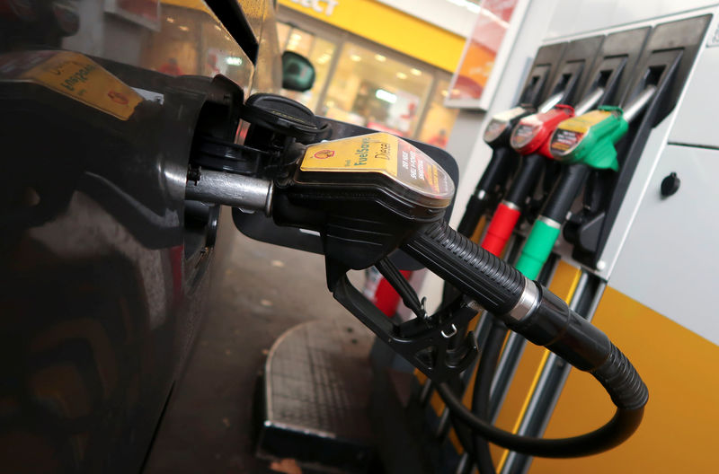 © Reuters. A diesel fuel nozzle is seen attached to a car at a Shell petrol station in Berlin