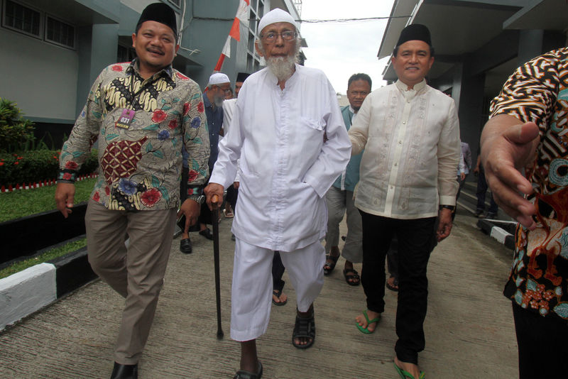 © Reuters. Abu Bakar Bashir is visited by Yusril Ihza Mahendra at Gunung Sindur prison in Bogor