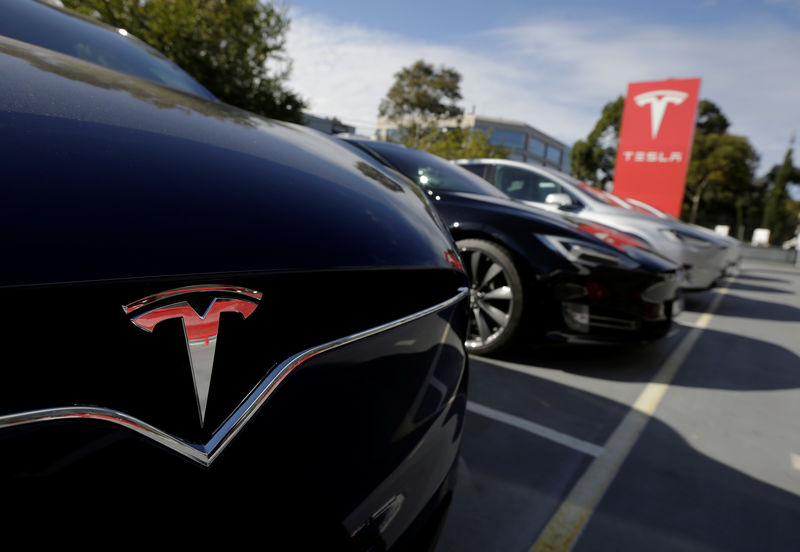 © Reuters. FILE PHOTO - A Tesla Model X is photographed together with a Model S at a Tesla electric car shop in Sydney