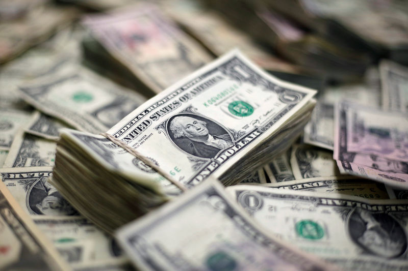 © Reuters. FILE PHOTO - U.S. Dollar banknotes are seen in this photo illustration