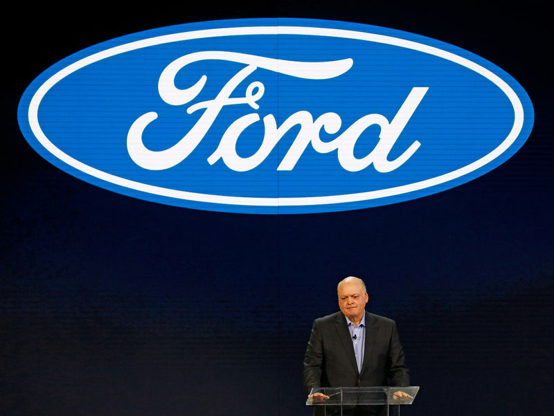 © Reuters. FILE PHOTO: Jim Hackett (L), President and CEO of Ford Motor Company, speaks at the Ford press preview at the North American International Auto Show in Detroit