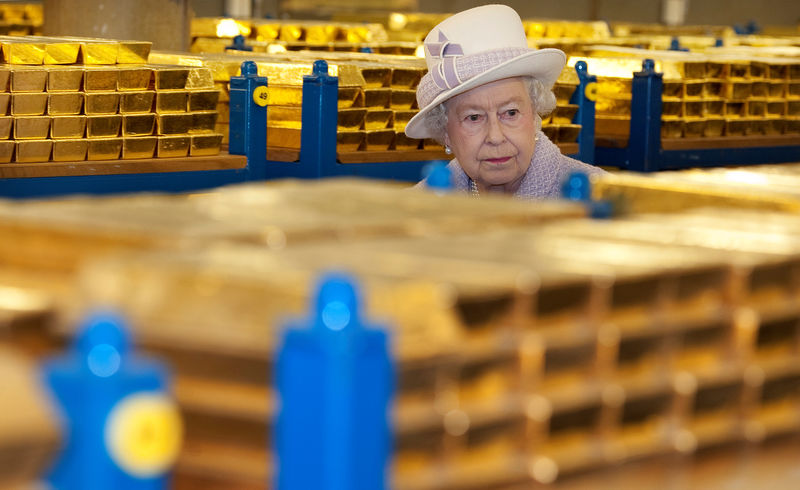 © Reuters. FILE PHOTO: Britain's Queen Elizabeth tours a gold vault during a visit to the Bank of England in the City of London