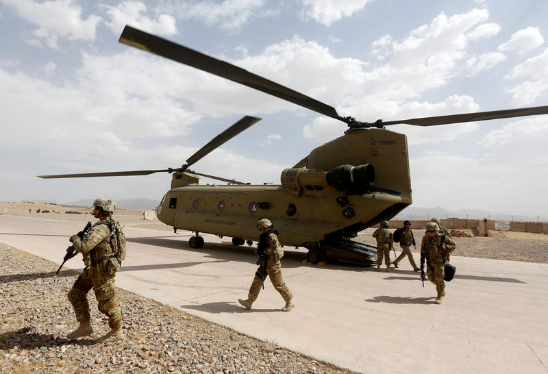 © Reuters. FILE PHOTO: U.S. troops walk from a Chinook helicopter in Uruzgan province