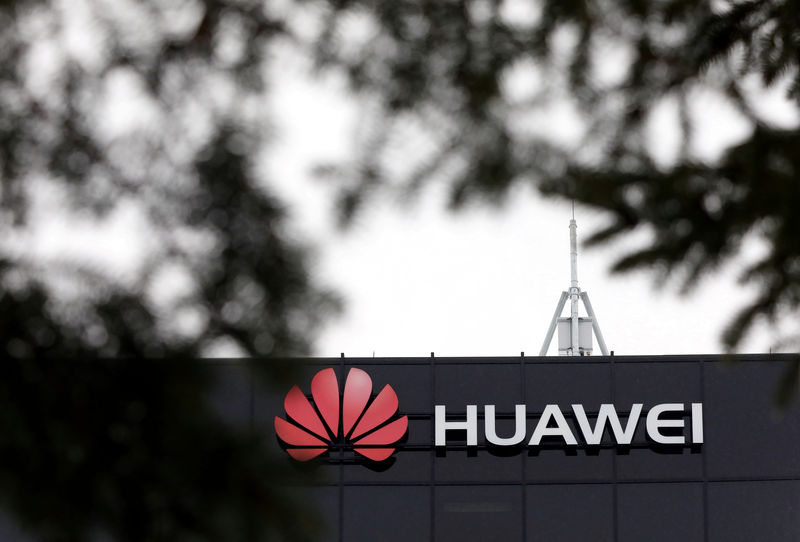 © Reuters. FILE PHOTO: The Huawei logo is pictured outside their research facility in Ottawa