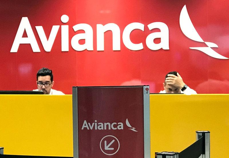 © Reuters. Funcionários da Avianca no aeroporto Afonso Pena, em São José dos Pinhais