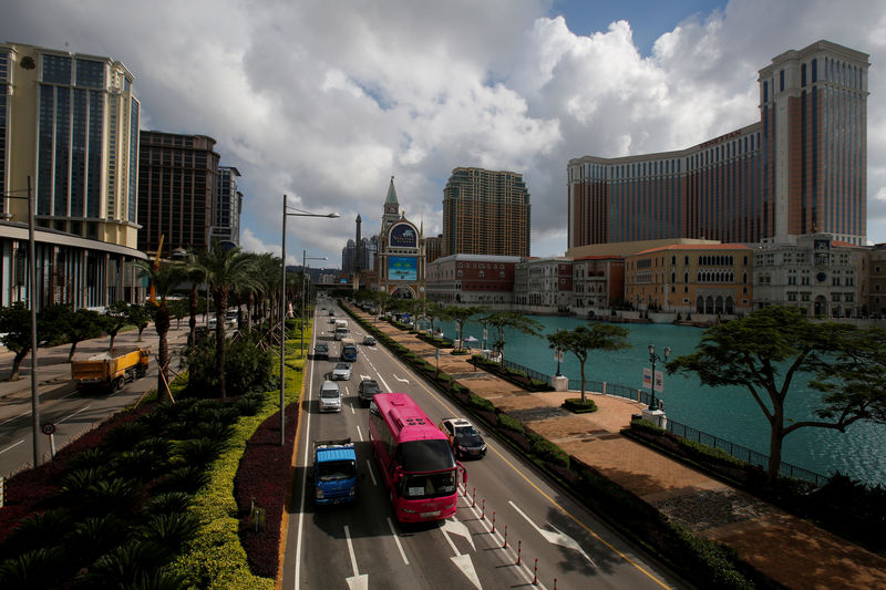 © Reuters. FILE PHOTO: Traffic flows past gaming resorts at Cotai Strip in Macau