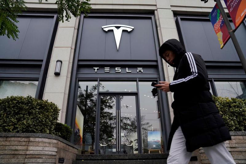 © Reuters. A Tesla logo is seen at a Tesla showroom in Shanghai