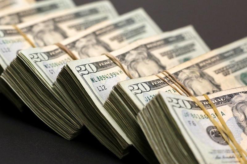 © Reuters. Долларовые банкноты в пункте обмена валют в городе Сьюдад-Хуарес, Мексика