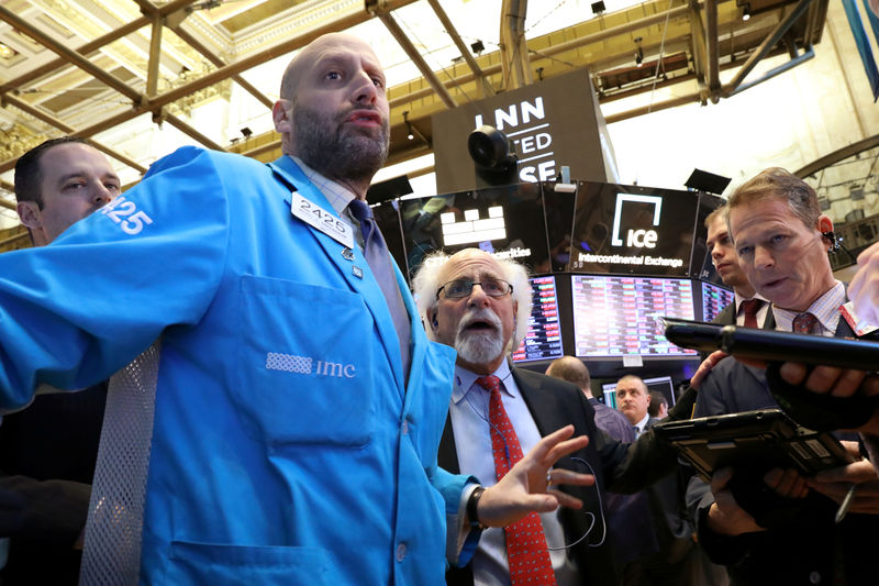 © Reuters. FILE PHOTO: Traders work on the NYSE floor in New York