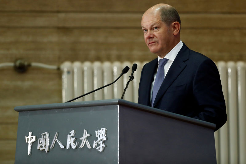 © Reuters. FILE PHOTO: German Minister of Finance Olaf Scholz visits China