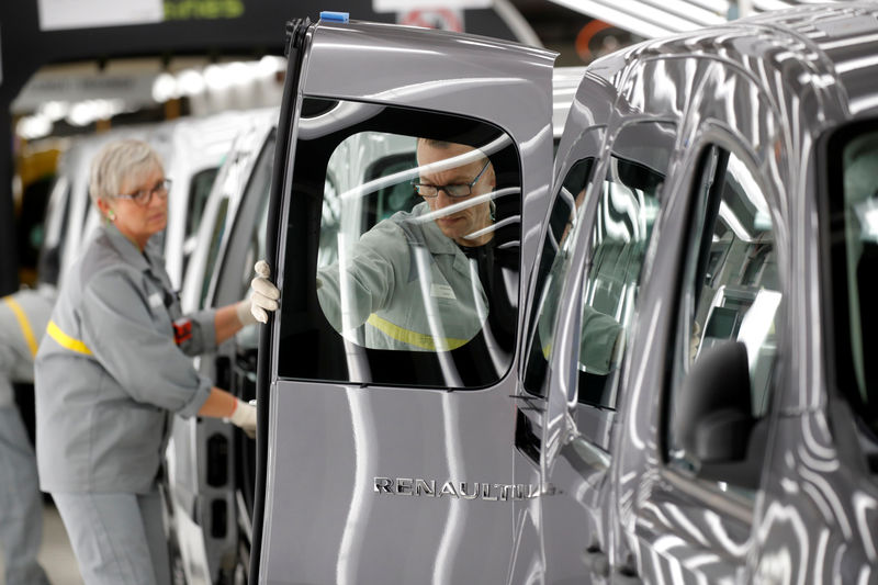 © Reuters. Employees work on the production and quality control line of the Renault Kangoo car at the Renault Maubeuge Construction Automobile factory in Maubeuge