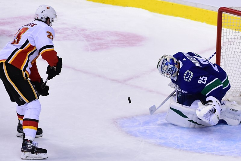 © Reuters. NHL: Calgary Flames at Vancouver Canucks