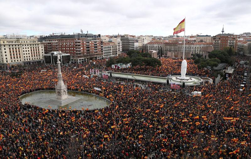 © Reuters. Miles de personas protestan en Madrid contra la política del gobierno sobre Cataluña