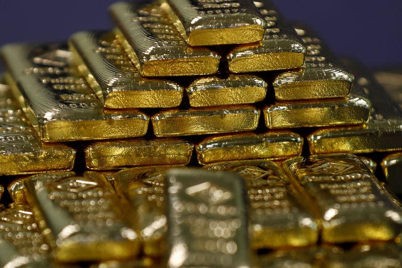 © Reuters. الذهب ينزل مع ارتفاع الدولار بدعم توترات التجارة