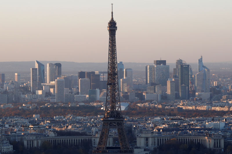 © Reuters. FILE PHOTO - A general view shows the Eiffel Tower and the financial and business district in La Defense, west of Paris