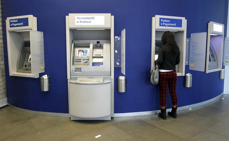 © Reuters. Milano, al bancomat