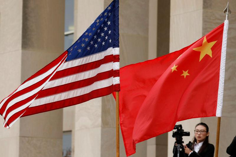 © Reuters. Bandeiras dos Estados Unidos e da China em Washington