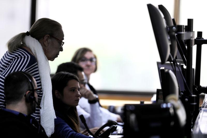 © Reuters. Operadores trabalham em corretora em São Paulo