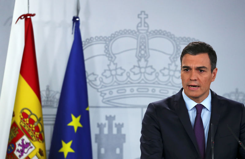 © Reuters. FILE PHOTO: Spain's Prime Minister Pedro Sanchez delivers a statement on the political crisis in Venezuela at the Moncloa Palace in Madrid
