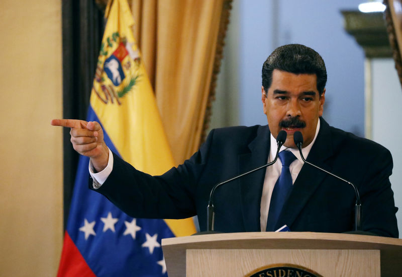 © Reuters. Venezuela's President Nicolas Maduro gestures during a news conference at Miraflores Palace in Caracas