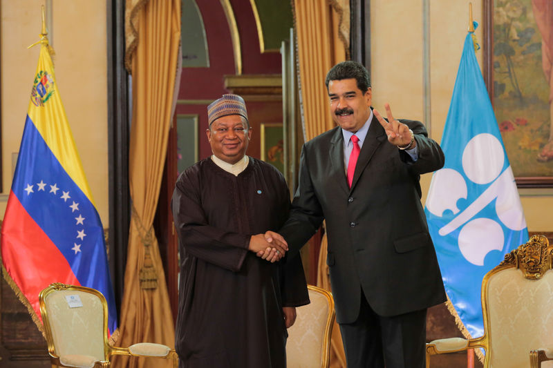 © Reuters. Venezuela's President Nicolas Maduro and OPEC Secretary General Mohammed Barkindo shake hands during their meeting at Miraflores Palace in Caracas