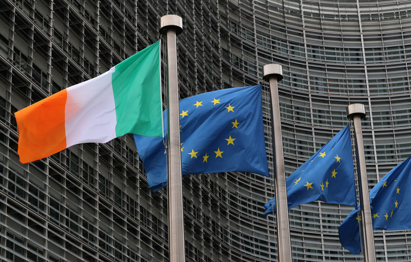 © Reuters. Irish and European flags fly outside the European Commission headquarters in Brussels