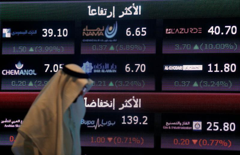 © Reuters. معظم بورصات الخليج تتراجع تحت ضغط أسعار النفط ودبي وقطر تقودان الخسائر