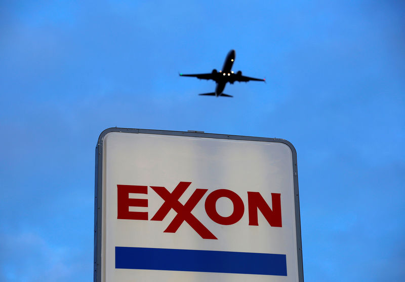 © Reuters. FILE PHOTO: An airplane comes in for a landing above an Exxon sign at a gas station in the Chicago suburb of Norridge