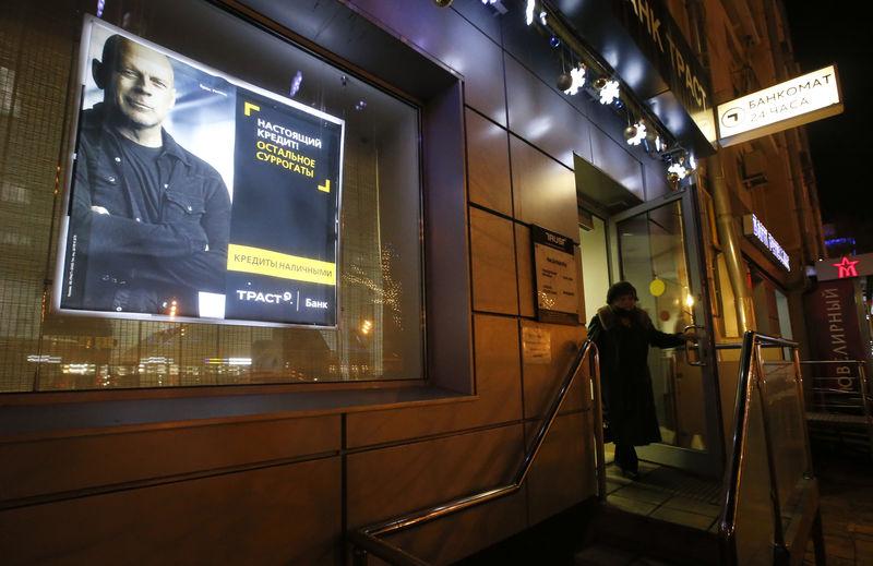 © Reuters. Отделение банка Траст в Москве