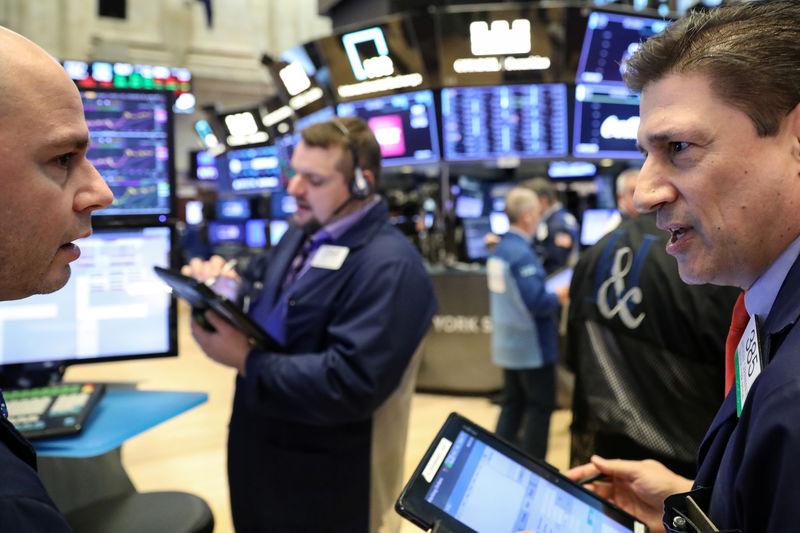 © Reuters. Трейдеры на Нью-Йоркской фондовой бирже