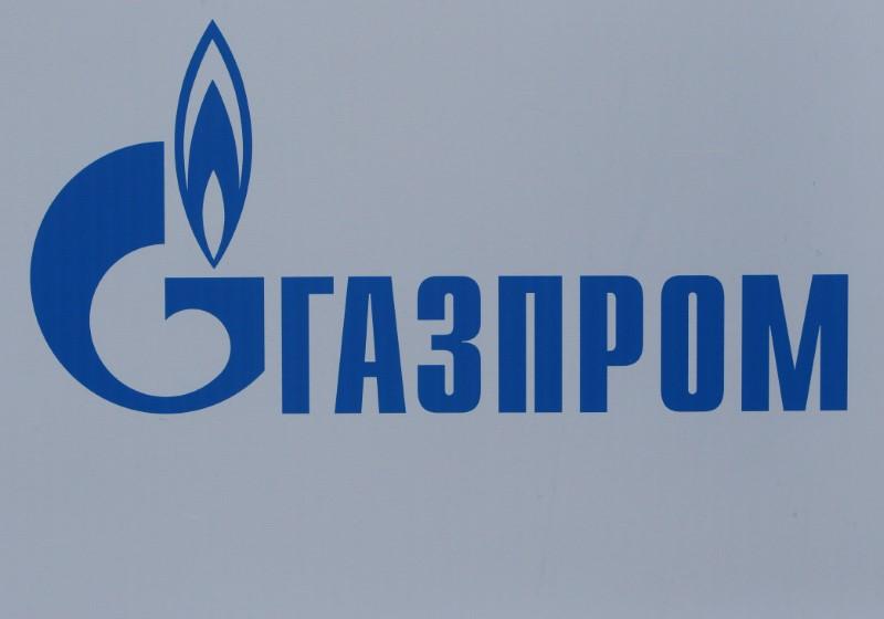 © Reuters. Логотип Газпрома на Петербургском международном экономическом форуме-2017