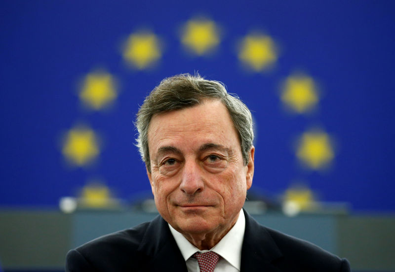© Reuters. FILE PHOTO: ECB President Draghi delivers a speech during a ceremony to mark the 20th anniversary of the launch of the Euro, at the European Parliament in Strasbourg