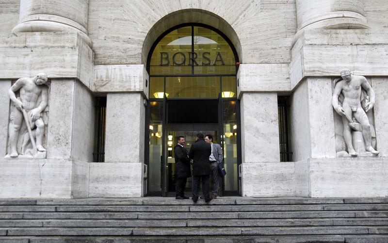 © Reuters. Davanti alla sede di Borsa Italiana, a Milano