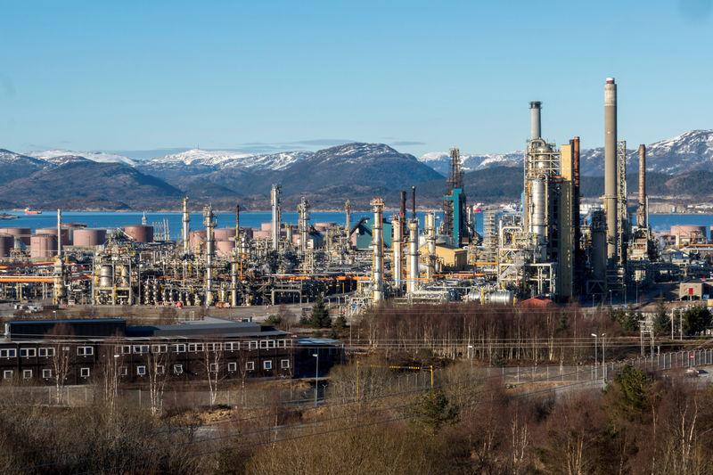 © Reuters. النفط يصعد بدعم تخفيضات أوبك وعقوبات فنزويلا وإيران