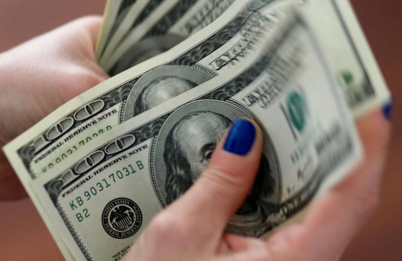 © Reuters. الدولار عند ذروة شهرين بفضل محادثات التجارة واتفاق تمويل حكومي