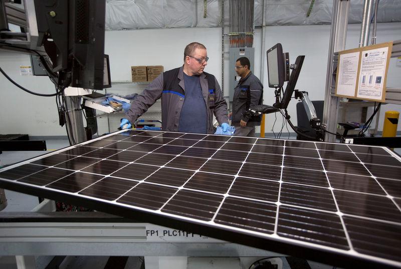 © Reuters. FILE PHOTO: Production operator John White checks a panel at the SolarWorld solar panel factory in Hillsboro