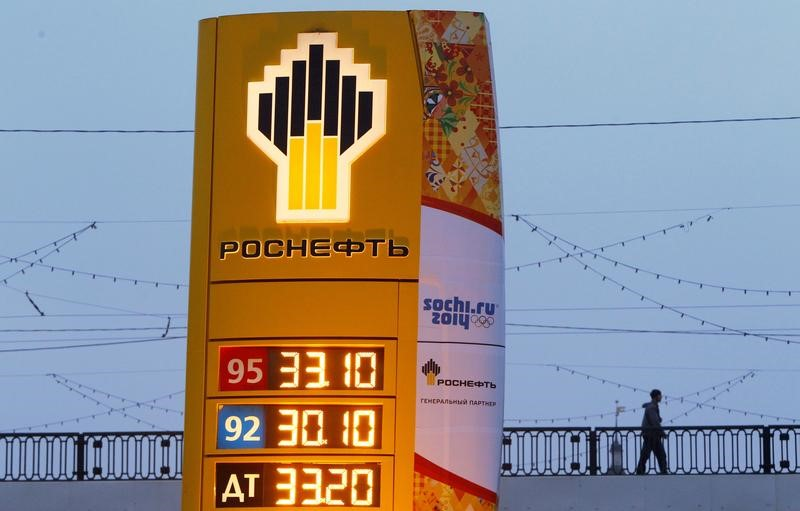 © Reuters. FILE PHOTO: The company logo of Rosneft is seen outside a service station in Moscow