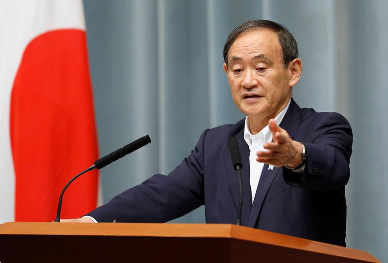 © Reuters. Secretário-chefe de gabinete japonês, Yoshihide Suga, em entrevista coletiva em Tóquio